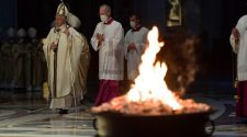 Papa Francisco na Vigília Pascal (imagem: VaticanNews)
