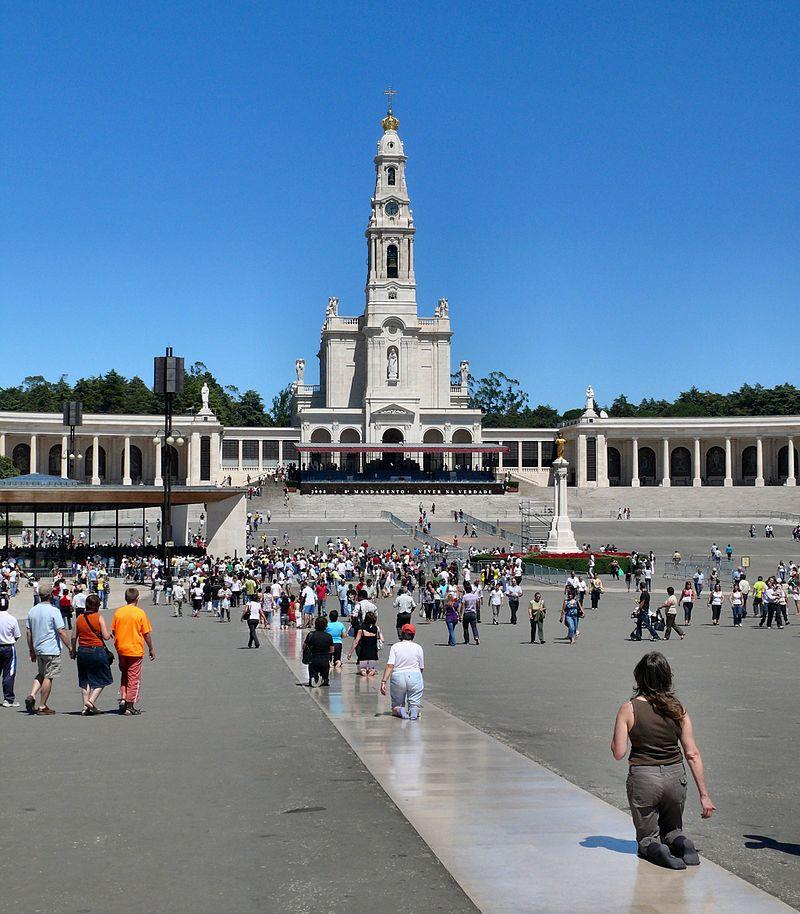 Santuário de Fátima hoje (Por dynamosquito from France - FaithwayUploaded by tm CC BY-SA 2.0)